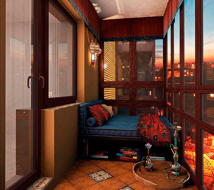 Интерьер жилого балкона с элементами восточного стиля