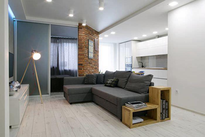 Темно-серый диван в светлой гостиной