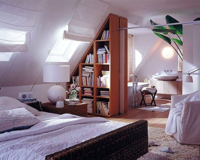 Интерьер светлой комнаты в современной мансарде