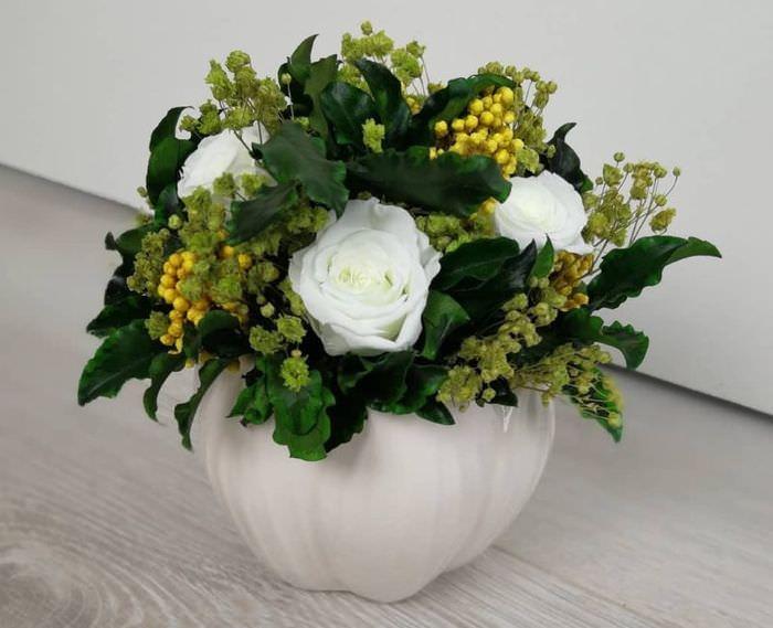 Искусственный букет с белыми розами