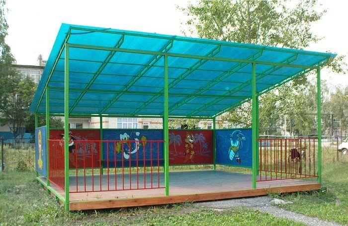 Большая беседка с крышей из поликарбоната в детском саду