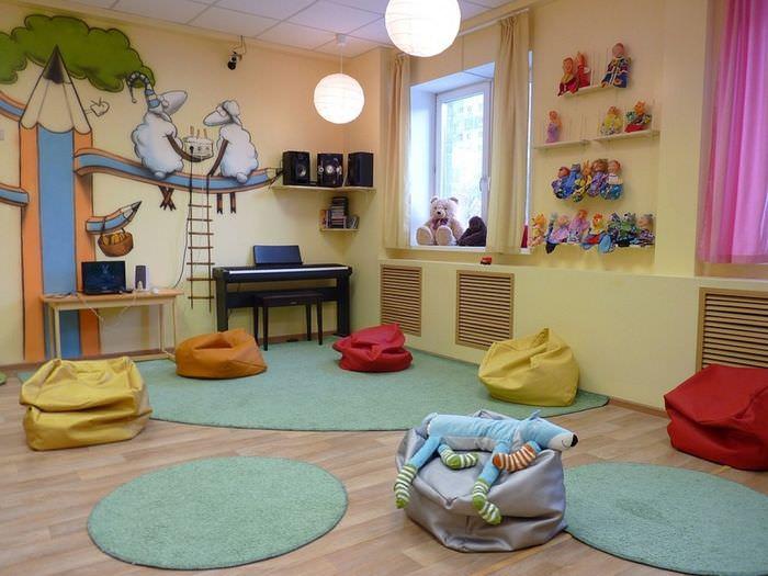 Бескаркасная мебель в игровой комнате детского сада