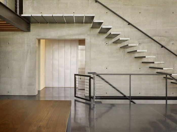 Серая бетонная лестница в индустриальном интерьере
