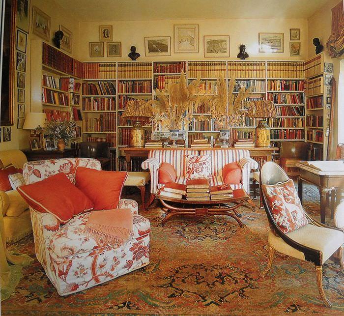 Интерьер гостиной с библиотекой в частном доме