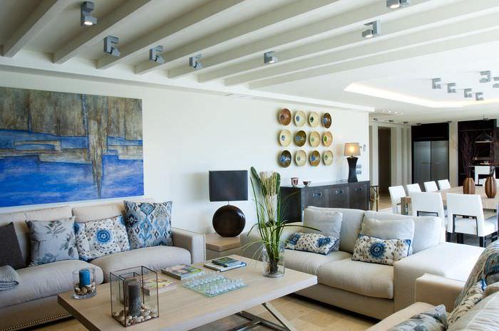 Потолок с декоративными балками в светлой гостиной