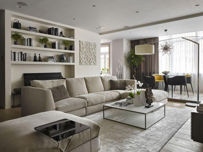 Встроенные полки в интерьере гостиной