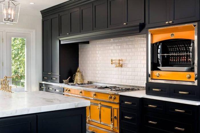 Интерьер кухни с оранжевыми акцентами