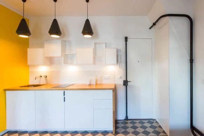 Черные трубы в интерьере белой кухни