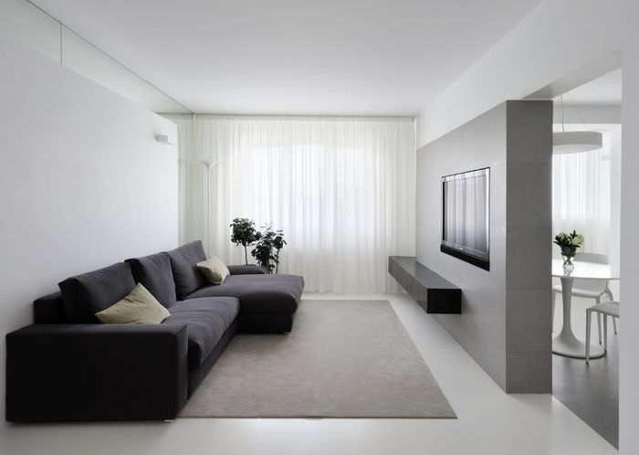Черный диван в гостиной стиля минимализма