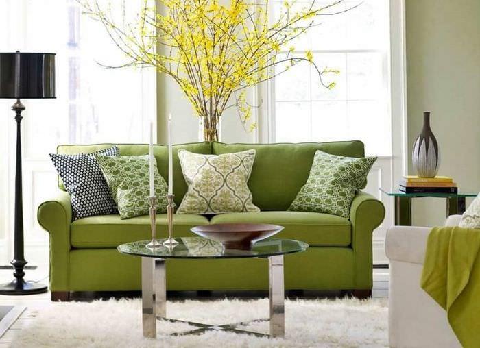 Классический диван с нежно-зеленой обивкой
