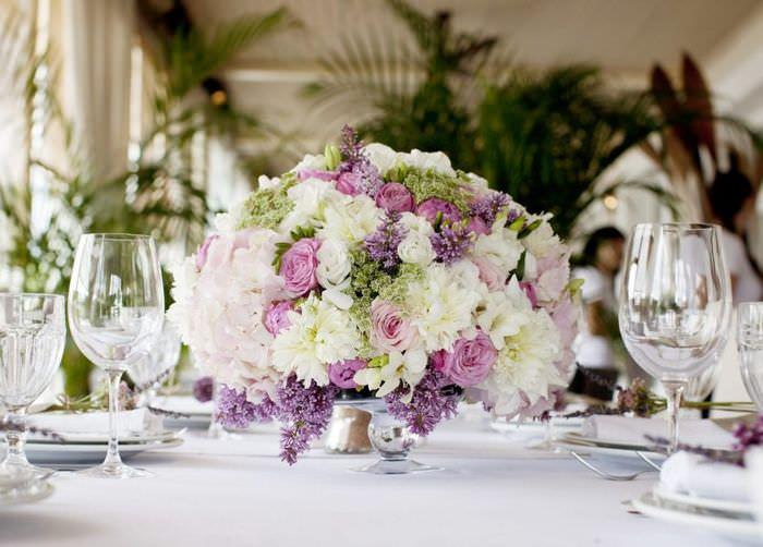 Букет с искусственными цветами на праздничном столе