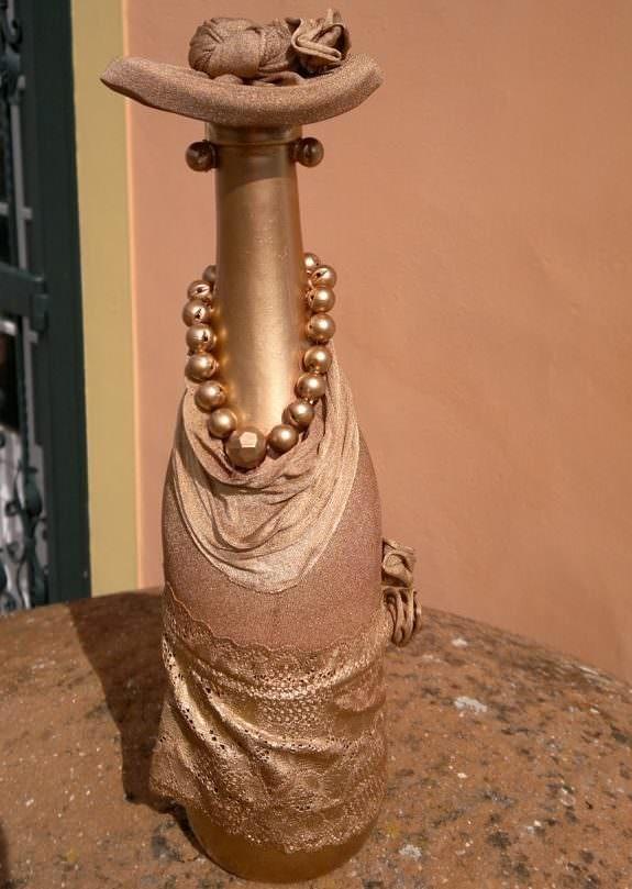 Декоративная дама в шляпе из бутылки и колготок