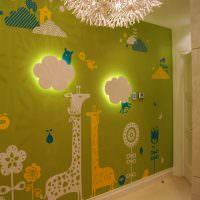 Облака с подсветкой на зеленой стене
