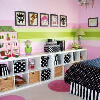 Коллекция детских рисунков на розовой стене