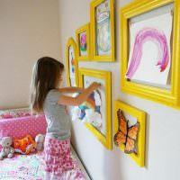 Рисунки дочери в желтых рамках