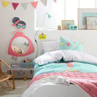 Гирлянда из треугольных флажков над кроватью доченьки