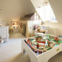 Деревянная железная дорога в детской комнате