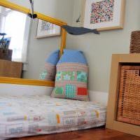 Декоративная подушка на матрасе в детской комнате