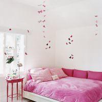 Розовые бабочки в белой детской комнате
