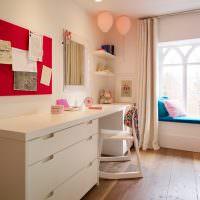 Два розовых воздушных шарика под белым потолком