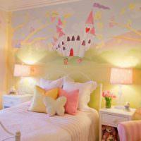 Сказочный замок на стене комнаты для девочки