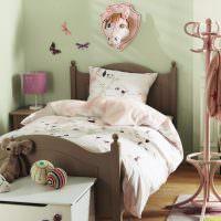 Веселая голова коровки над изголовьем детской кровати