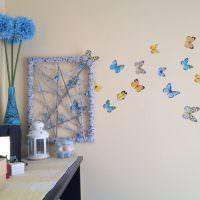 Декор стены детской нарисованными бабочками