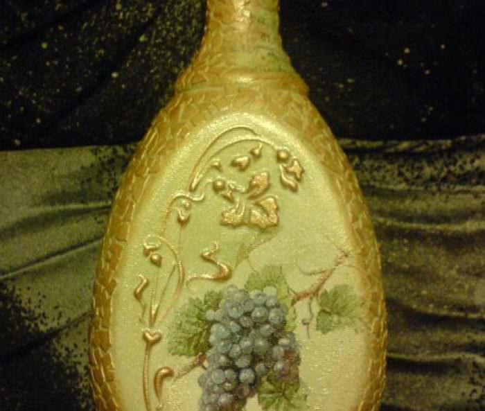 Мозаика из яичной скорлупы на стеклянной бутылке