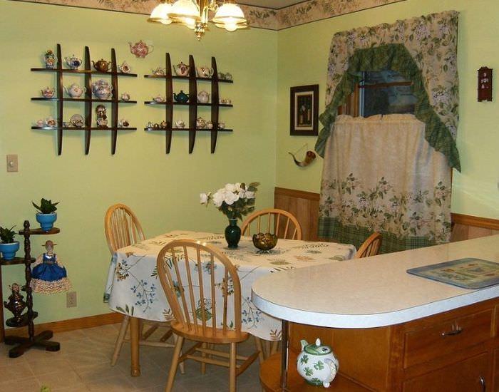 Украшение полочками стены на кухне