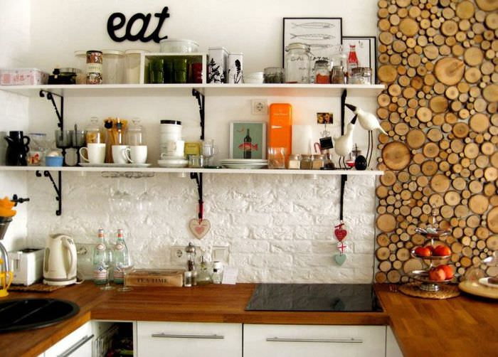 Открытые кухонные полки над фартуком из белого камня