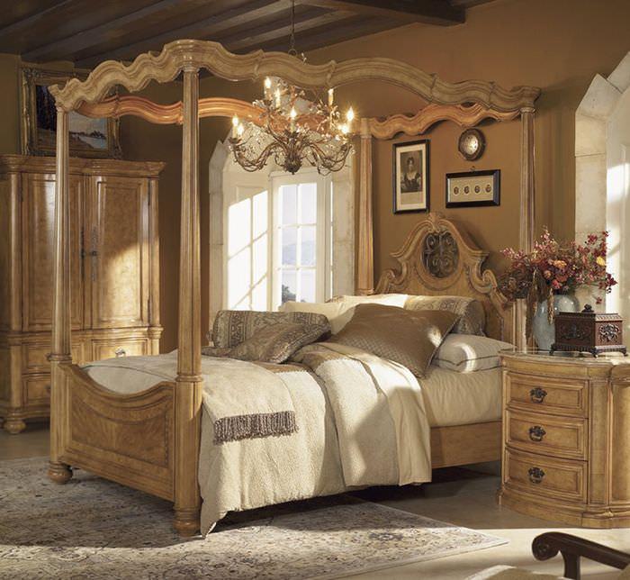 Деревянная кровать в интерьере спальни загородного дома