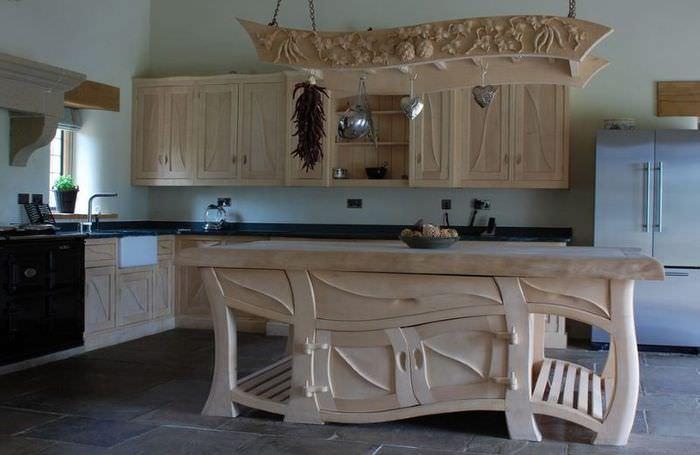 Интерьер кухни с деревянной мебелью