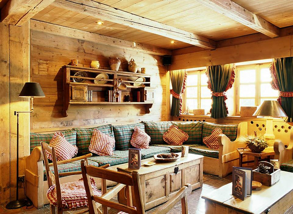 Деревянная мебель в интерьере дачного домика