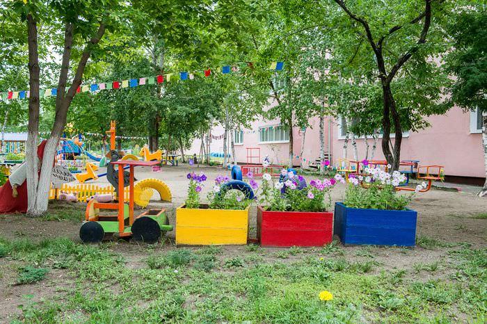 Клумба в виде паровозика в детском саду