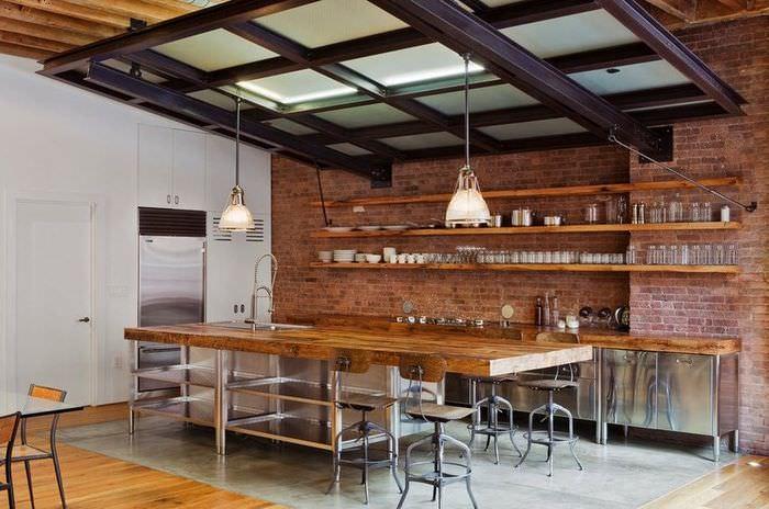 Длинные деревянные полки на кирпичной стене кухни