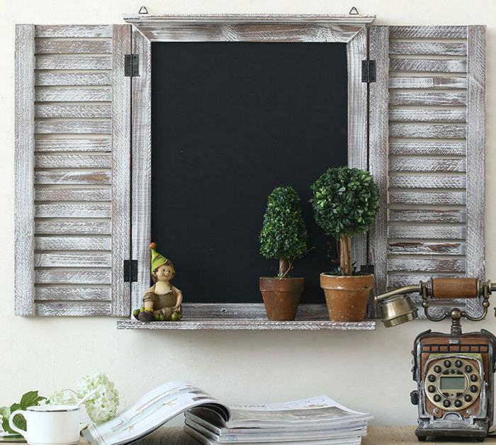 Искусная имитация деревянного окна со ставнями