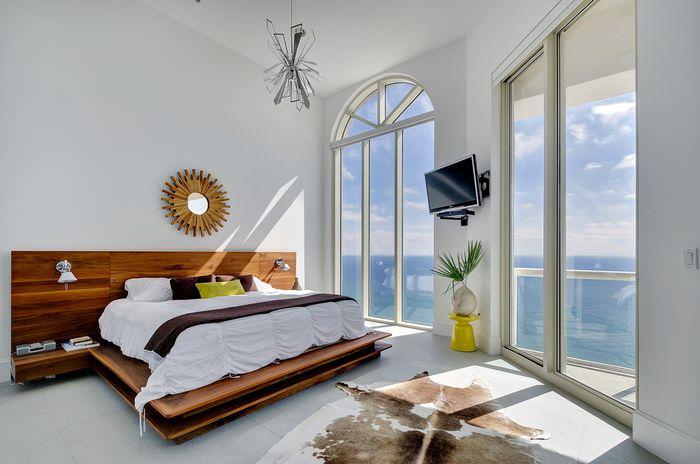 Оригинальная кровать в современной спальне белого цвета