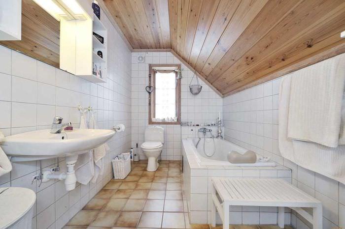 Деревянный потолок в ванной загородного дома