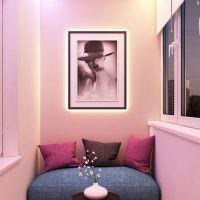 Розовые стены балкона в квартире девушки