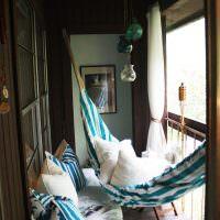 Гамак на балконе с деревянной обшивкой