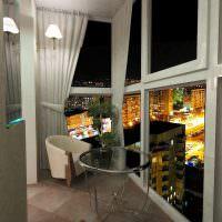 Балкон с окнами до пола в современной квартире