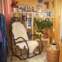 Кресло-качалка с меховыми накидками