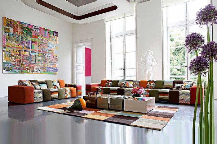 Гостиная с высоким потолком в стиле авангард