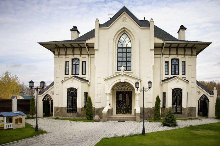Внешний вид современного дома в стиле замка