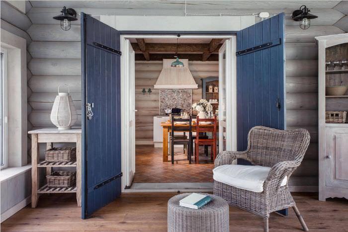Деревянные двери в доме из оцилиндрованного бревна