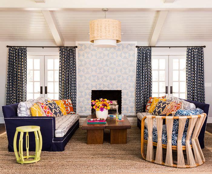 Интерьер гостиной частного дома с двумя диванами