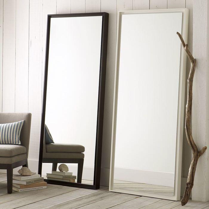 Два почти одинаковых зеркала у стены гостиной
