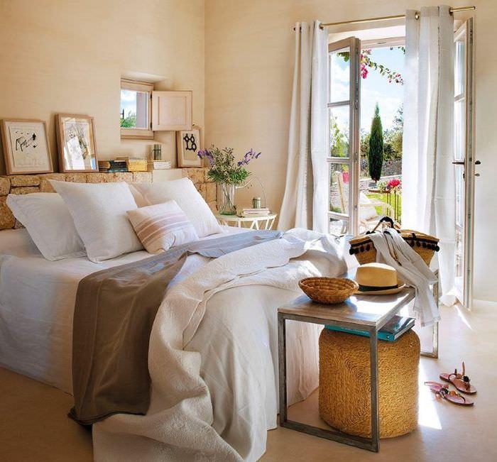 Интерьер светлой спальни с выходом в сад частного дома