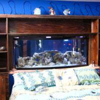 Деревянные полки с аквариумом над кроватью