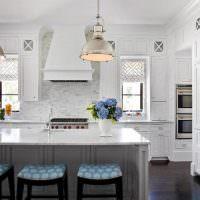 Барная стойка на кухне классического стиля